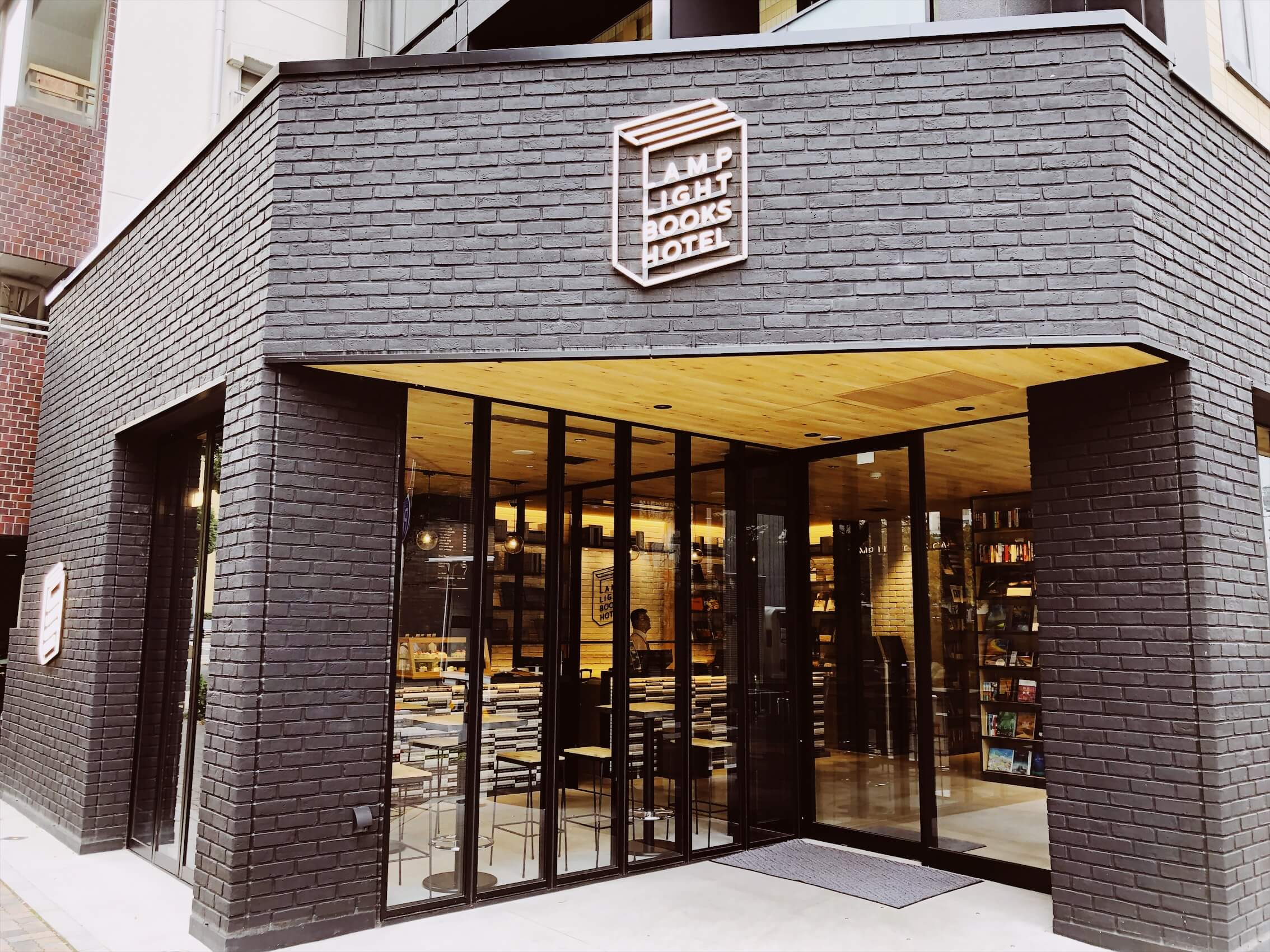 【電源カフェ】名古屋の伏見でオススメすぎるブックカフェを見つけたので紹介|ランプライトブックスカフェ
