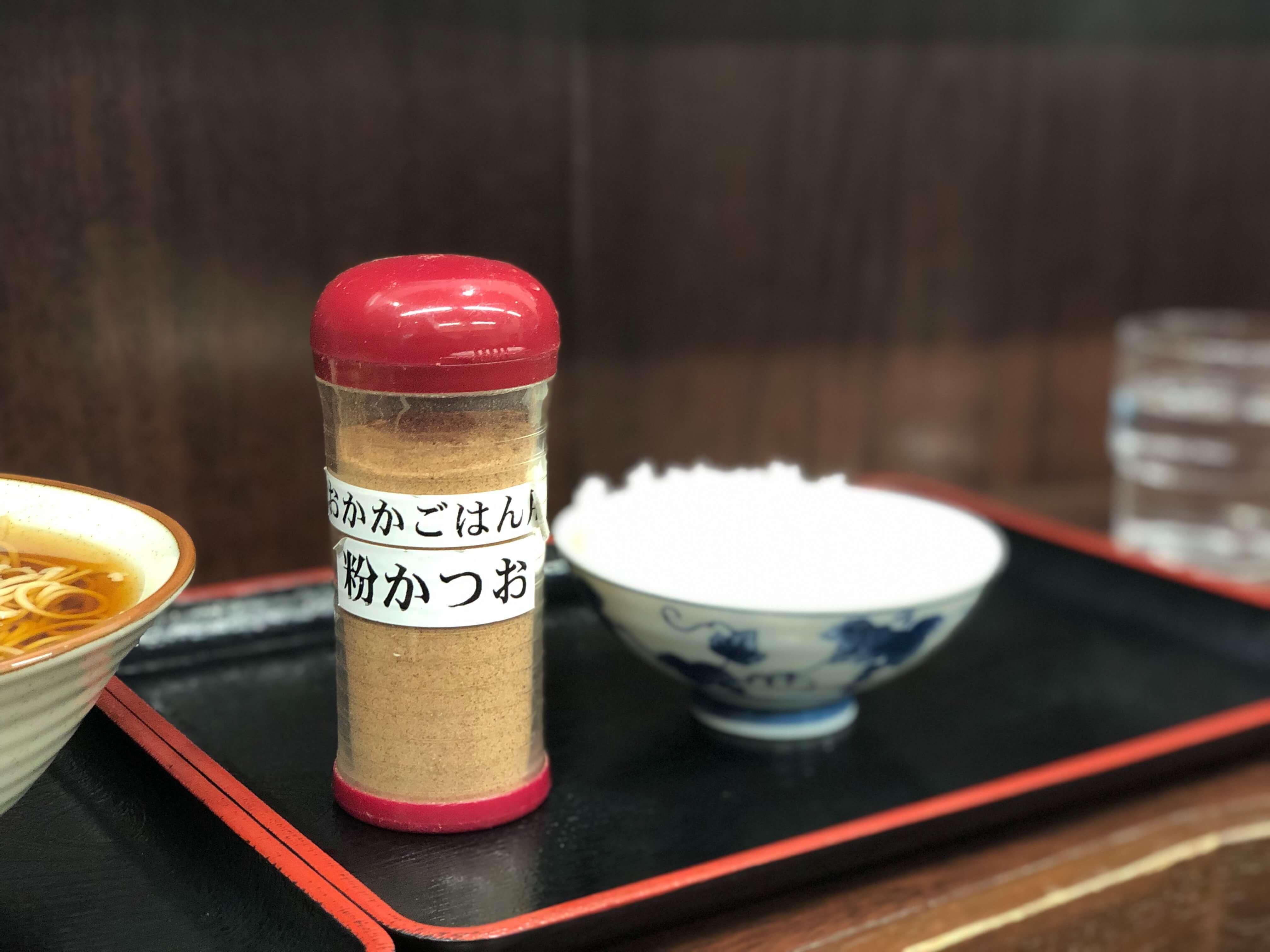 【京橋】立ち食い蕎麦屋「そばよし」のつゆとおかかご飯は評判通り秀逸