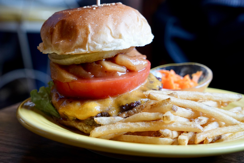 アップルチーズハンバーガー。自家製りんごのコンポートをはさんだハンバーガー。牛肉と甘酸っぱいりんごの相性の良さがクセになる。